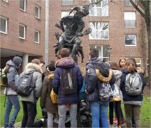 Schulklasse vor dem Hoppeditz-Denkmal
